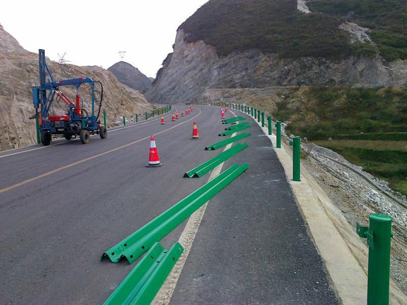 双波波形护栏安装现场(1)