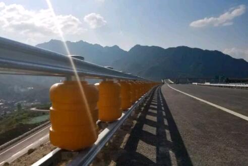 湖北安装新型旋转防撞护栏工程