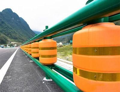 安装新型旋转式防撞护栏工程